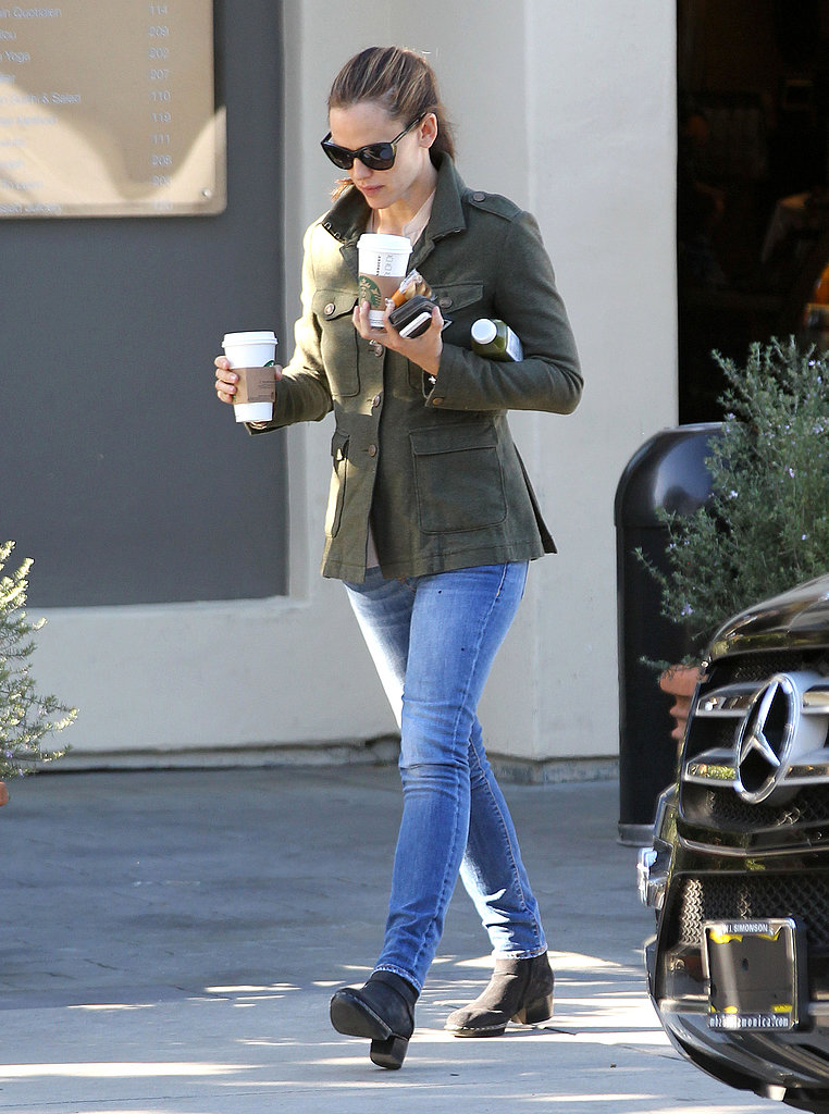 Jennifer Garner picked up two beverages from Starbucks and a green juice.