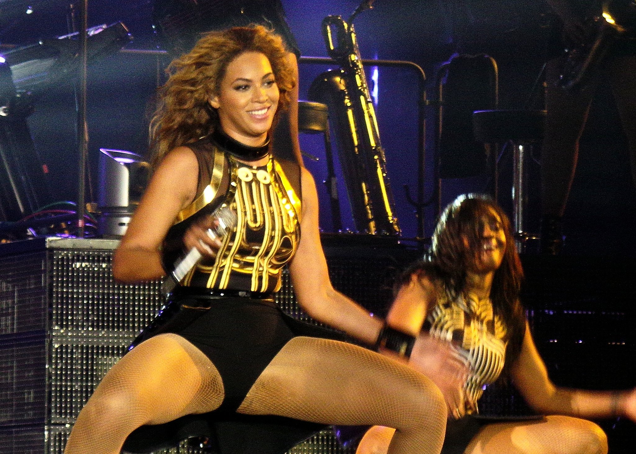 A closer look at Beyoncé's black and gold look.