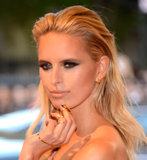 Karolina Kurkova wore gold rings and earrings.