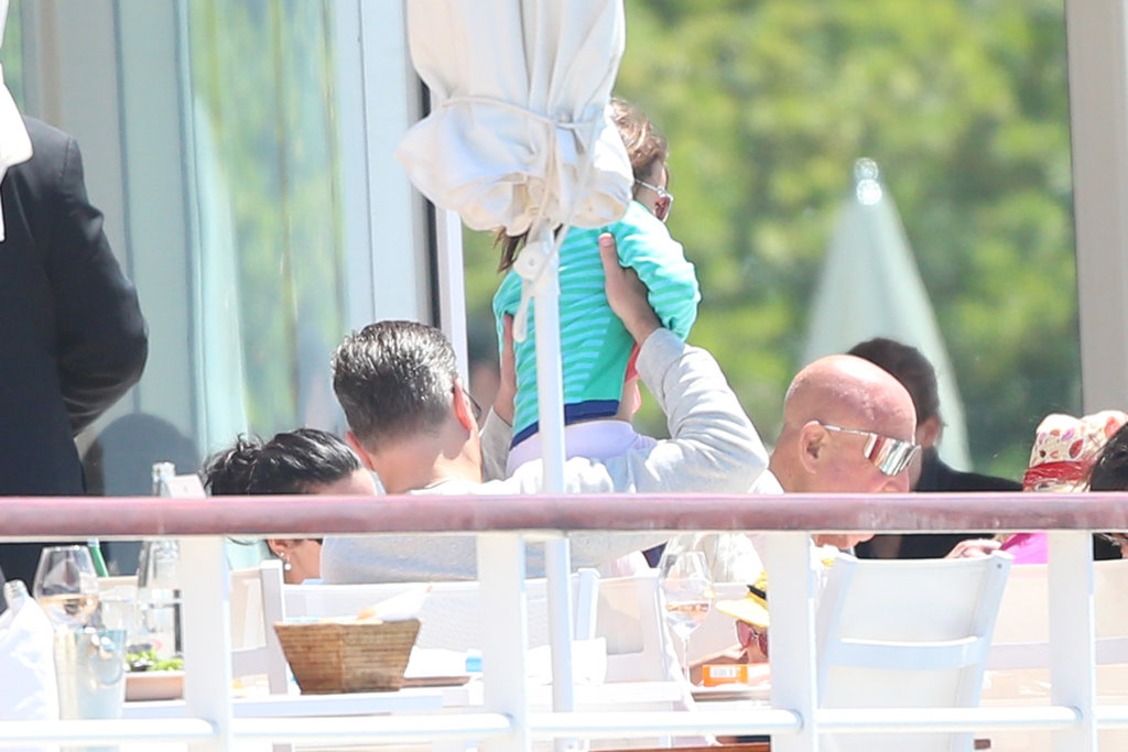 Matt Damon played with his daughter during lunch.