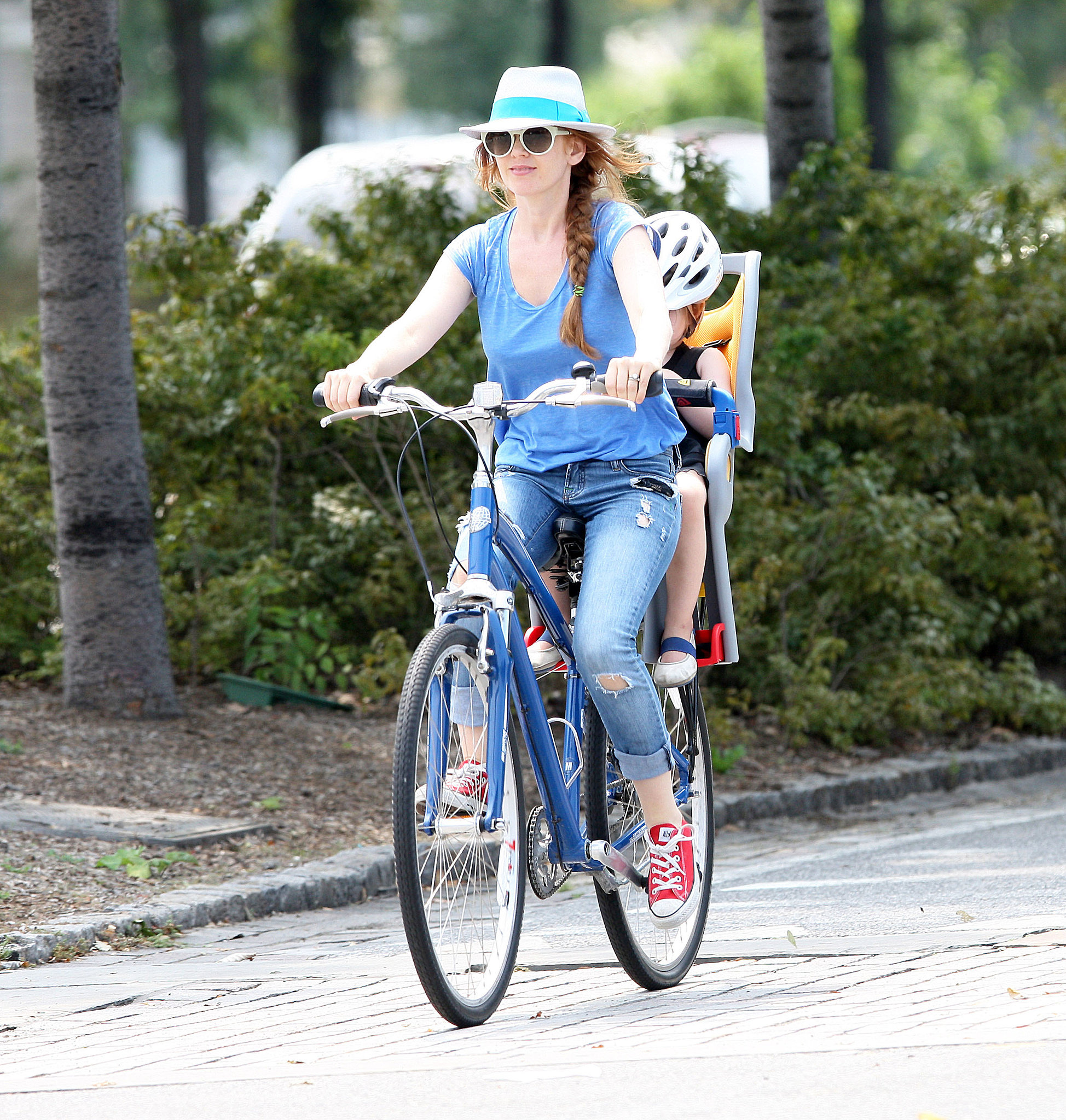 In August 2011, Isla Fisher rode a bike with her daughter Olive in the Big Apple.