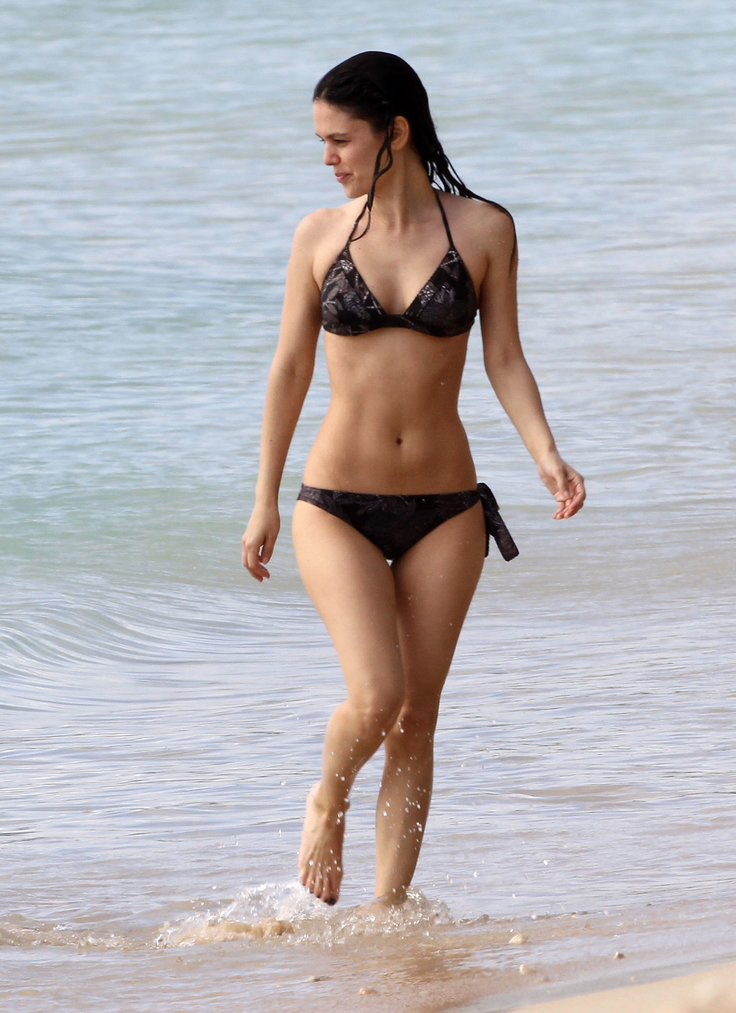 Rachel Bilson rocked a black bikini and showed off her toned abs during an April 2012 vacation in Hawaii.