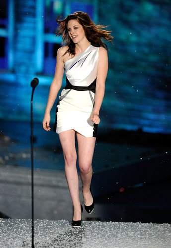 Stewart took center stage at Spike TV's 2010 Scream Show, rocking a black and white asymmetrical GUiSHEM by Guillermo M. Jop minidress.