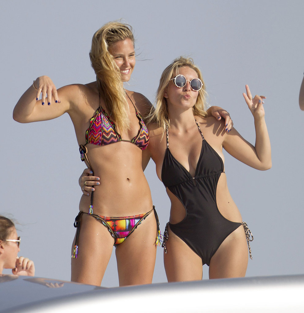 Bar Refaeli and her friend posed for cute photos.
