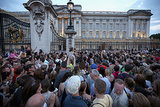 A huge crowd gathered outside the gates of Buckingham Palace to take pictures of the easel.