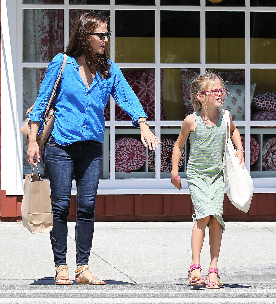 Jennifer Garner made sure Violet Affleck waited before crossing the street.