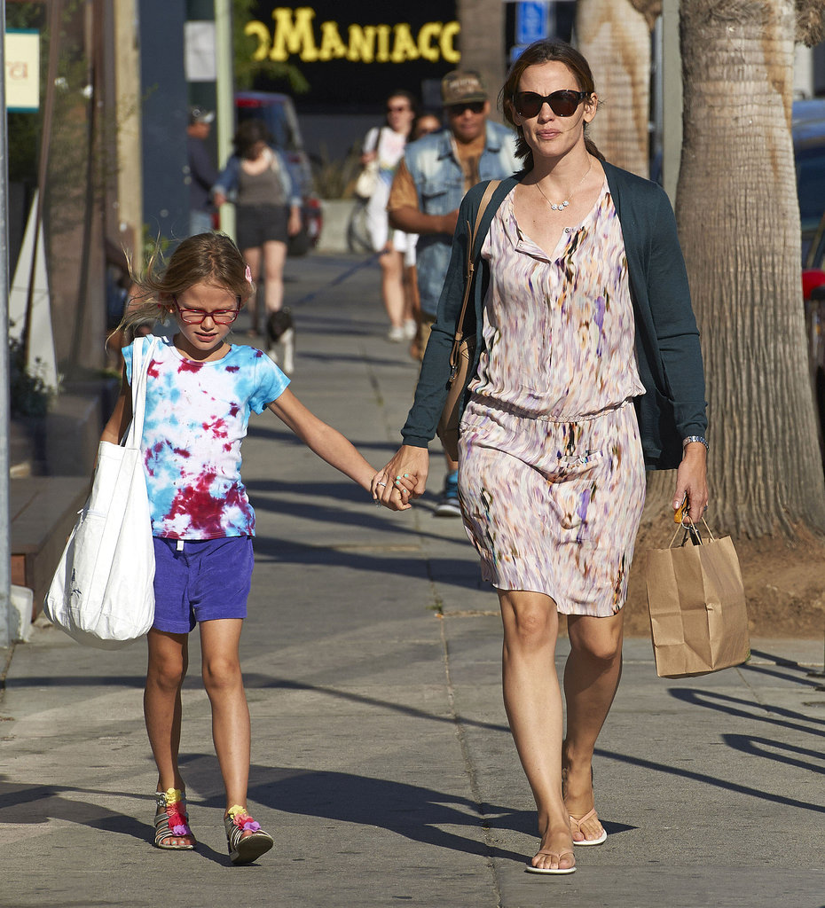 Jennifer Garner held hands while shopping with Violet.