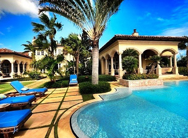 No doubt this South Florida pool is the envy of the block.  Source: Instagram user waterfrontproperties