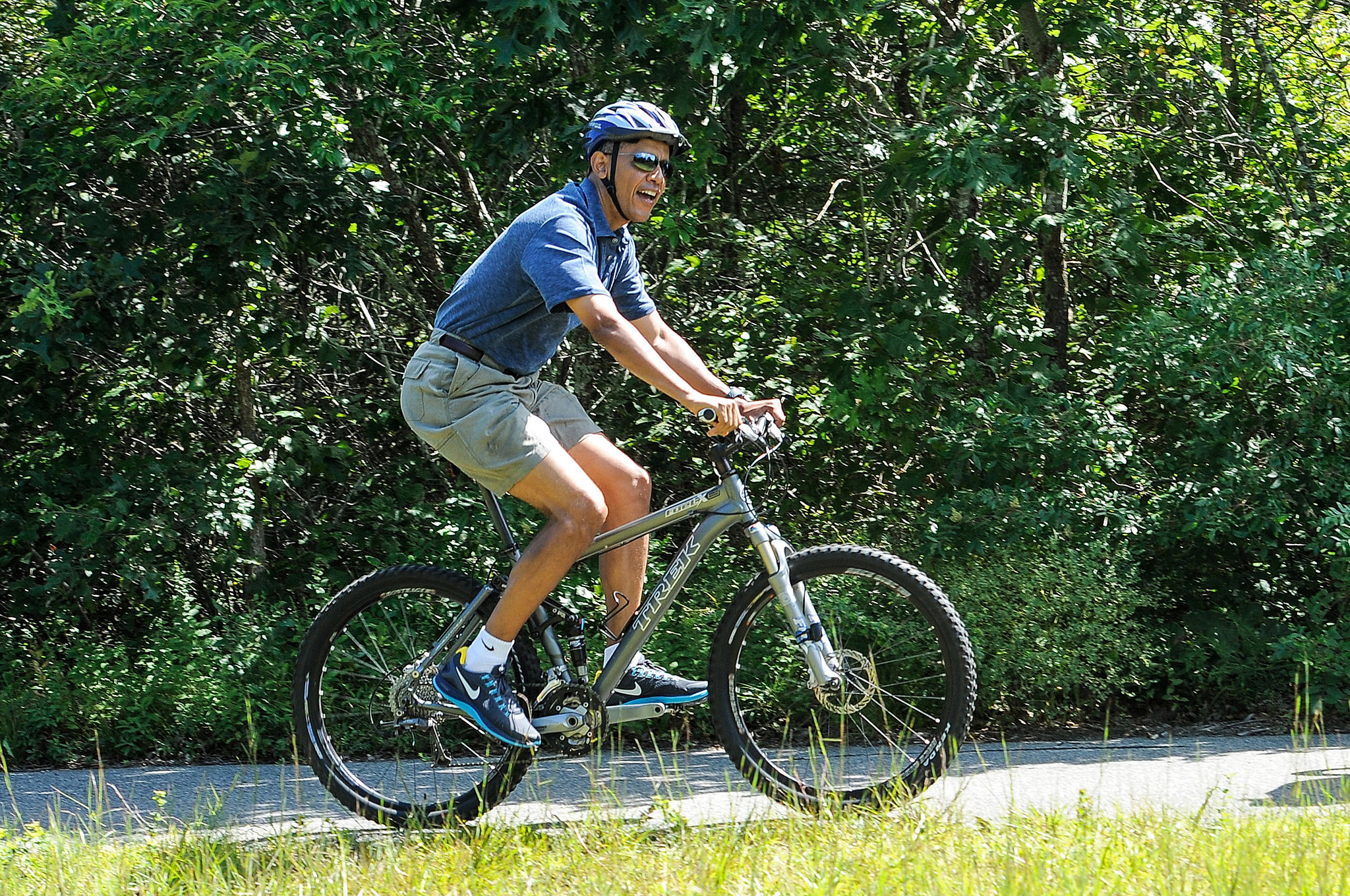 Displaying 17> Images For - Obama On A Bike...