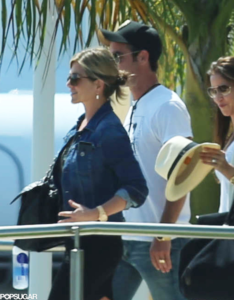 Jennifer Aniston and her fiancé, Justin Theroux, arrived in Mexico with their friends.