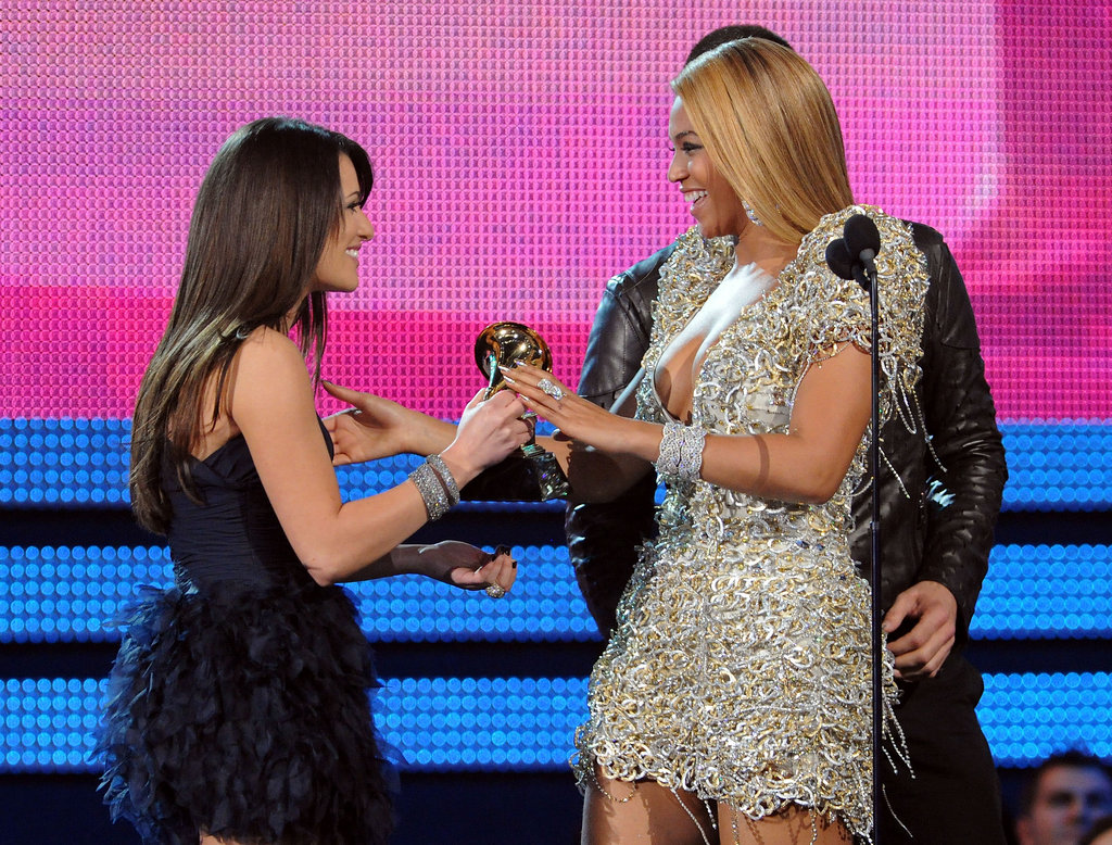 Lea Michele was glowing while presenting a Grammy to Beyoncé Knowles during the 2010 ceremony in LA.
