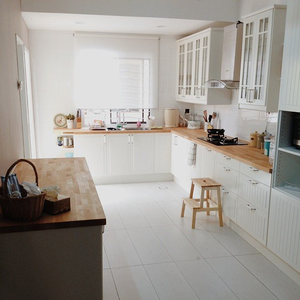 Ribbed cabinets add a cottage vibe to this kitchen. Source: Instagram user yunayuni