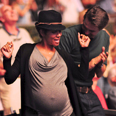 Halle Berry and Olivier Martinez Dance at a Concert Pictures