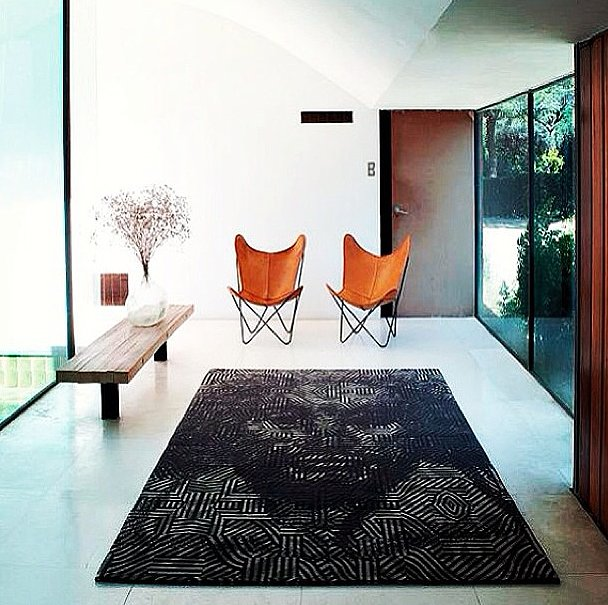 A pair of saddle brown butterfly chairs seem almost formal when used in this modern entryway. Source: Instagram user interior_to_inspire