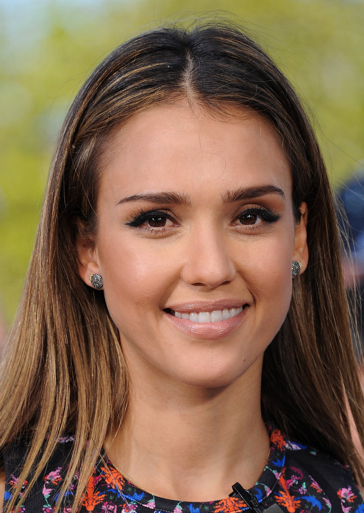 Jessica Alba's winged eyeliner and nude lip combination is the perfect daytime look.