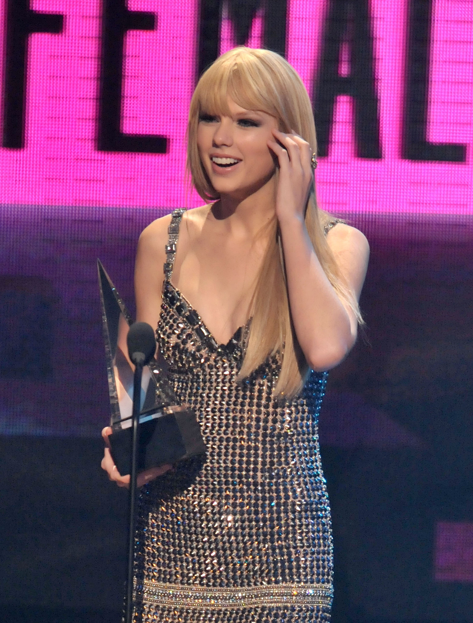 Taylor Swift rocked stick-straight strands and bangs while a