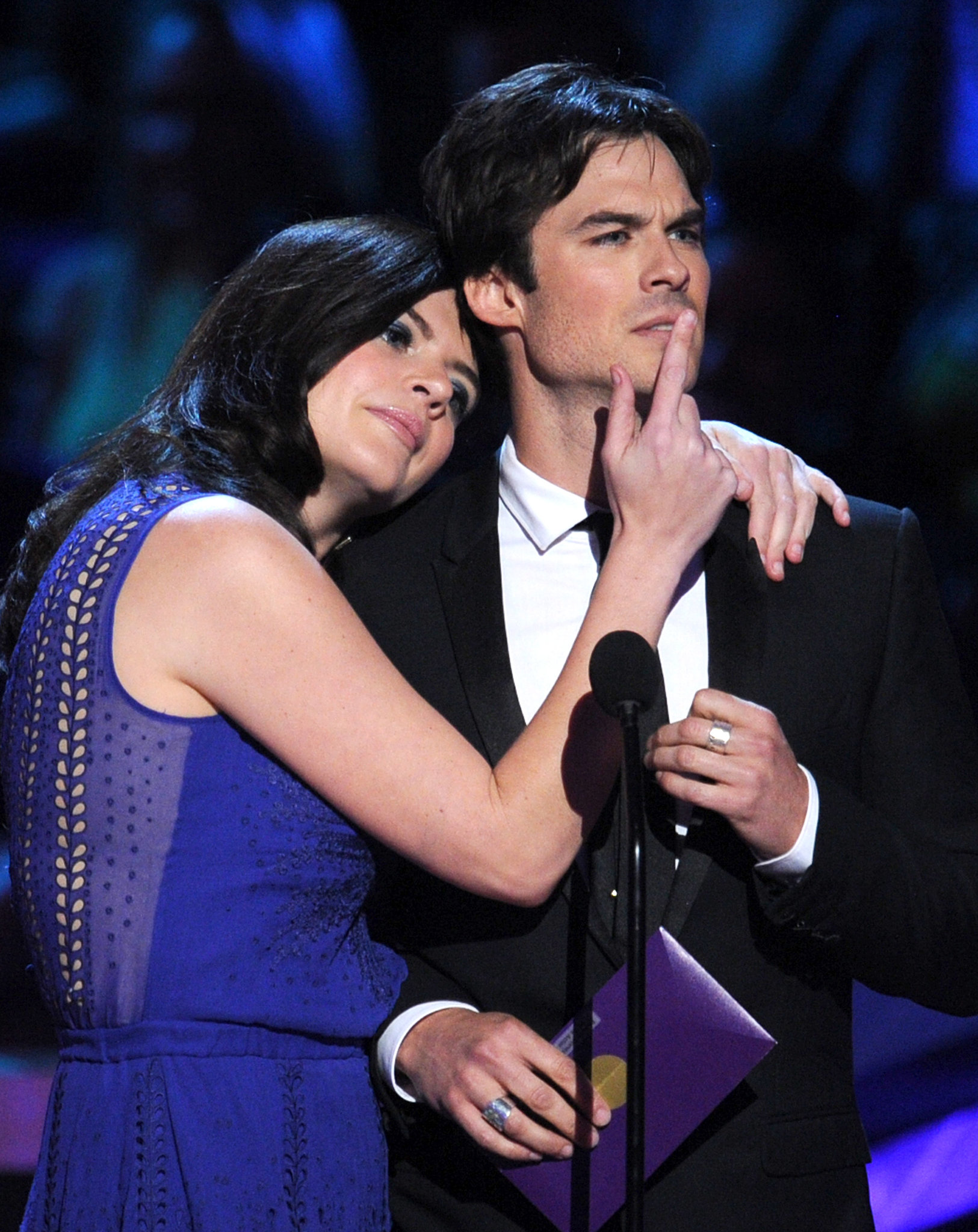 Casey Wilson joked around with Ian Somerhalder when they presented together at the People's Choice Awards.
