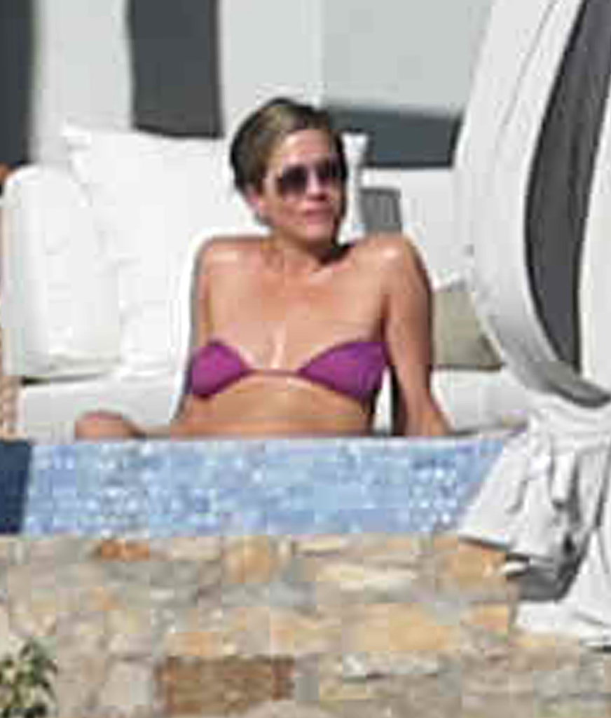 Jen lounged in her bikini over the weekend.