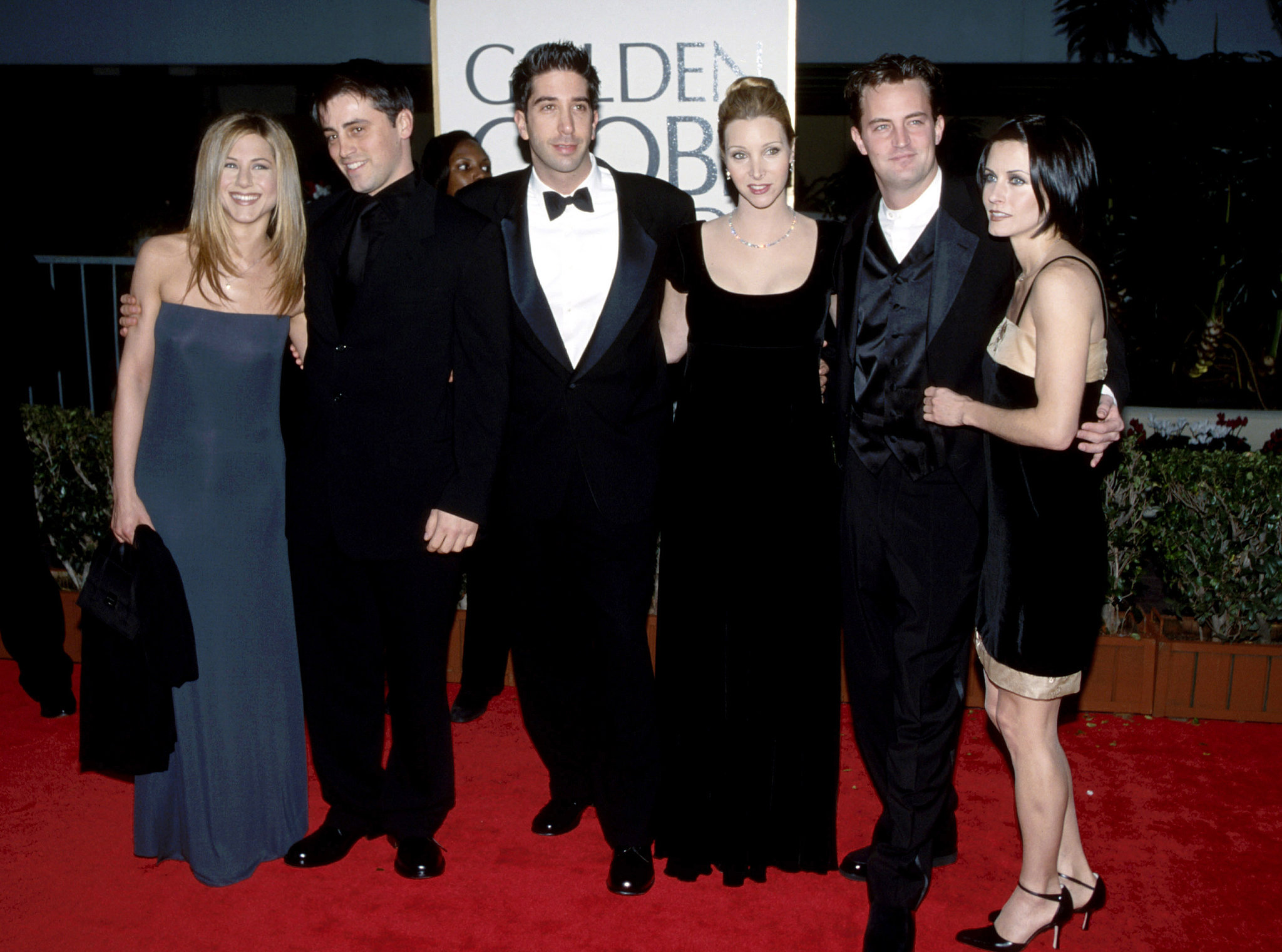 Jennifer Aniston, Matt LeBlanc, David Schwimmer, Lisa Kudrow, Matthew Perry, and Courteney Cox posed togethe