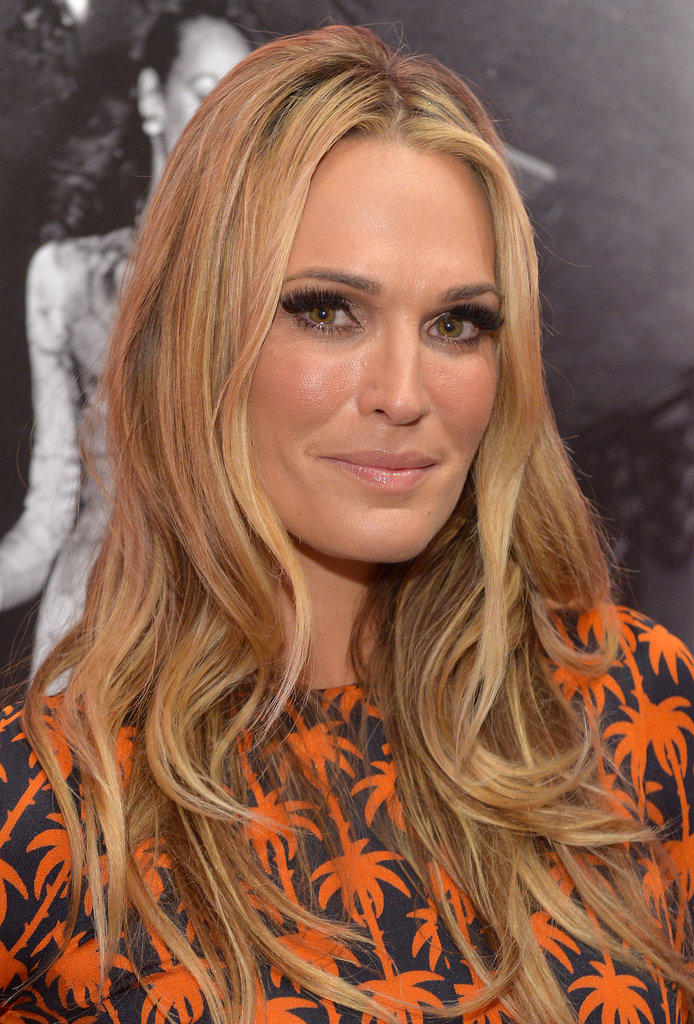 With her glamorous curls, nude lip, and heavy black eyeliner, Molly Sims look elegant and put together — as always.