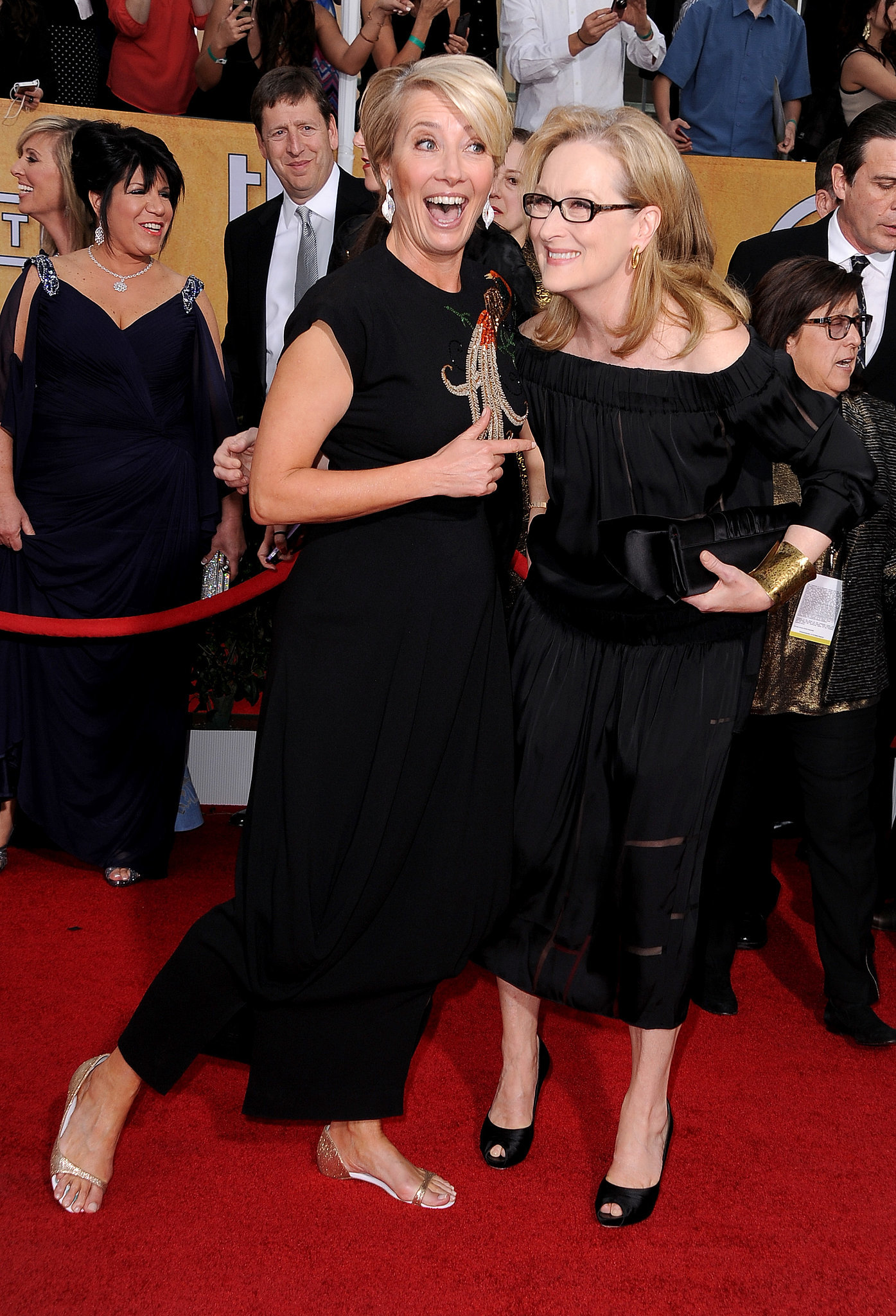 Emma Thompson and Meryl Streep shared a silly moment on the SAGs red carpet.