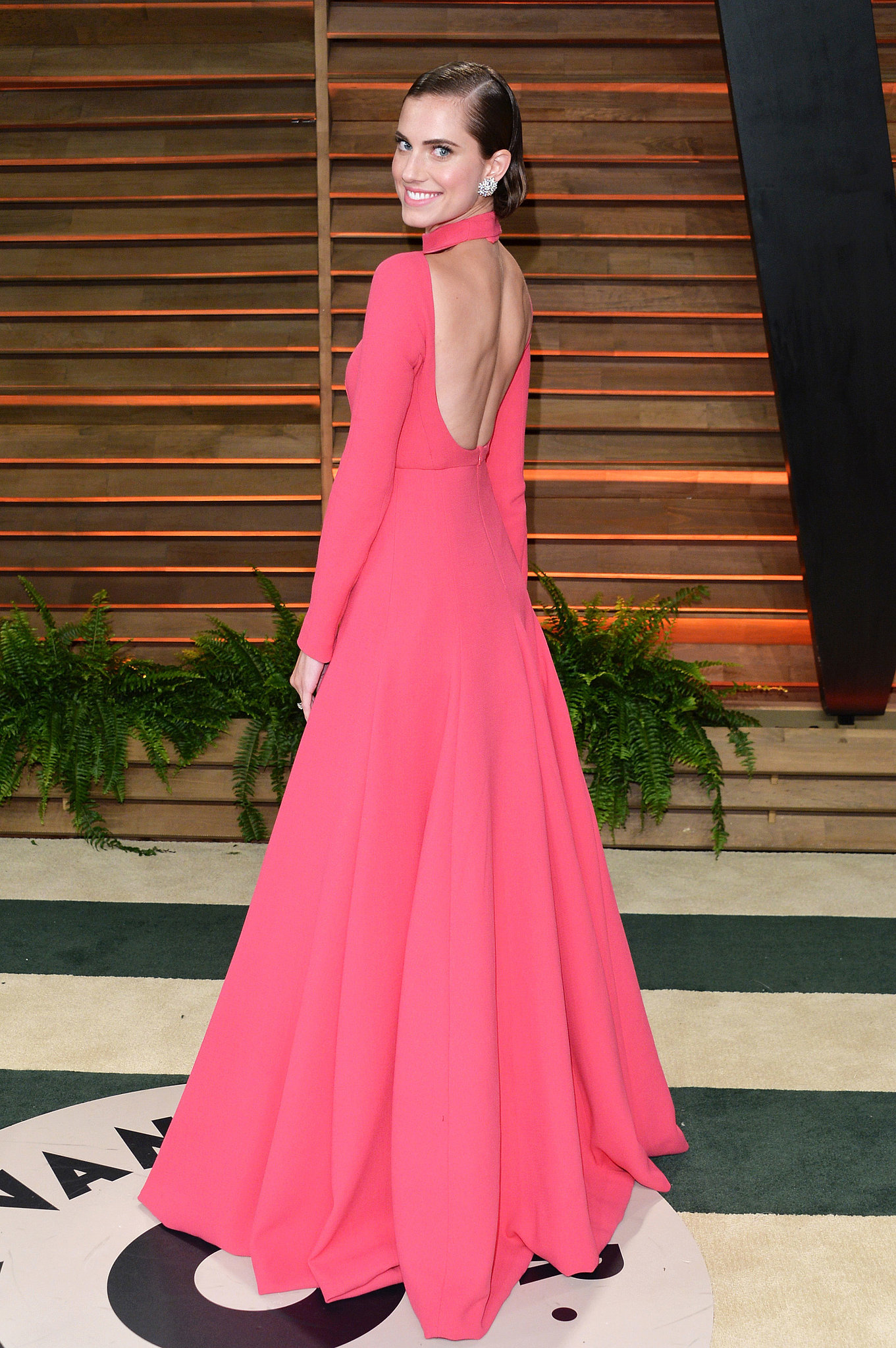 Alisson Williams en robe rose à dos nu lors de la soirée de Vanity Fair Oscar