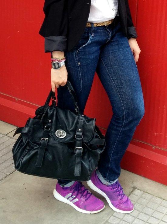 jeans, zapatillas, satchel complementos para un look sporty chic