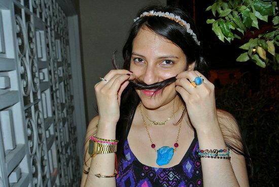 Accesorios: pulseras de colores, diadema de cristales y capas de collares #Jfashionblog