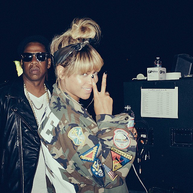Beyoncé flashed her peace sign backstage with Jay Z.  Source: Instagram user beyonce