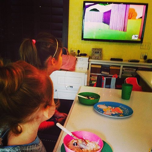 Honor and Haven Warren looked as into their morning cartoons as there were into their breakfasts. Source: Instagram user jessicaalba