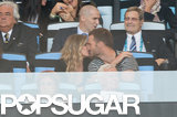 Gisele gave Tom a kiss.