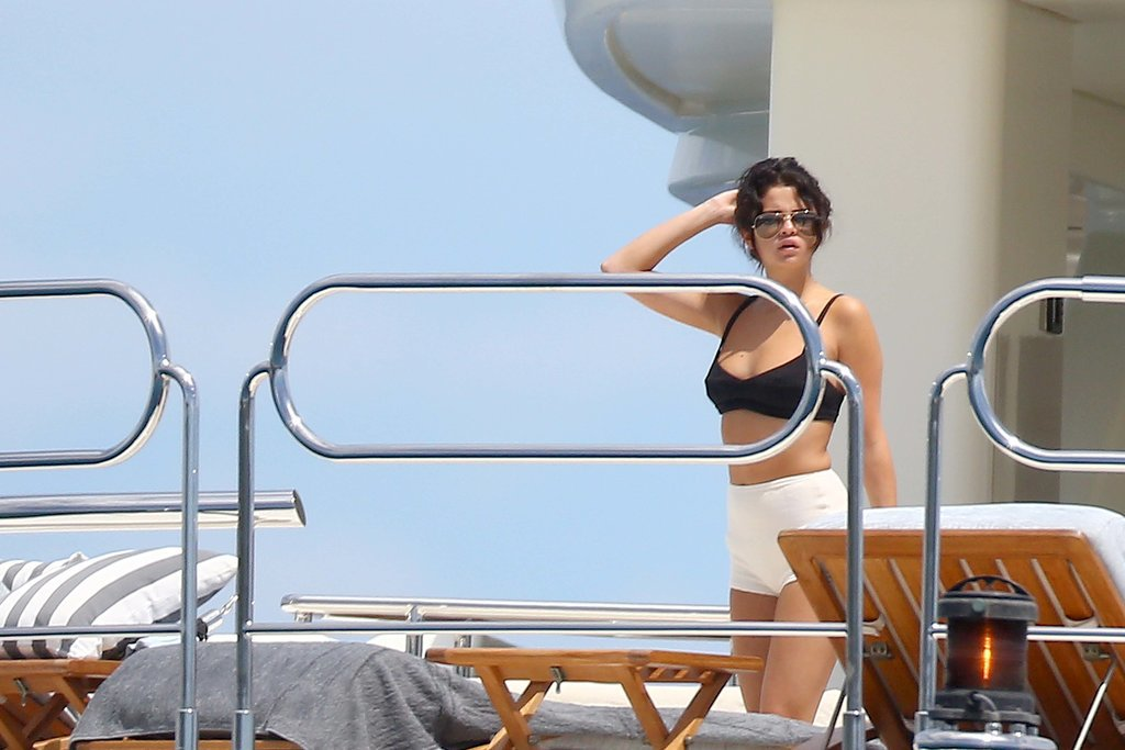 Selena showed off a pin-up worthy, mismatched set aboard a yacht on her birthday.