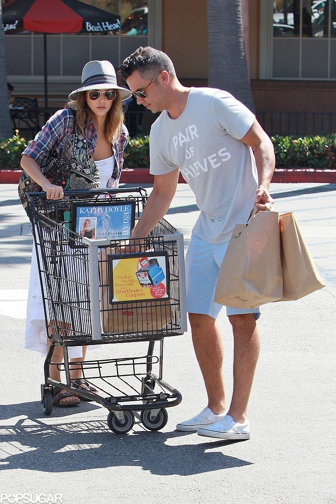 Jessica Alba got some help from her husband, Cash Warren, at the grocery store in LA on Saturday.