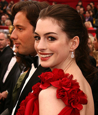 Anne Hathaway at the Oscars: hair and makeup