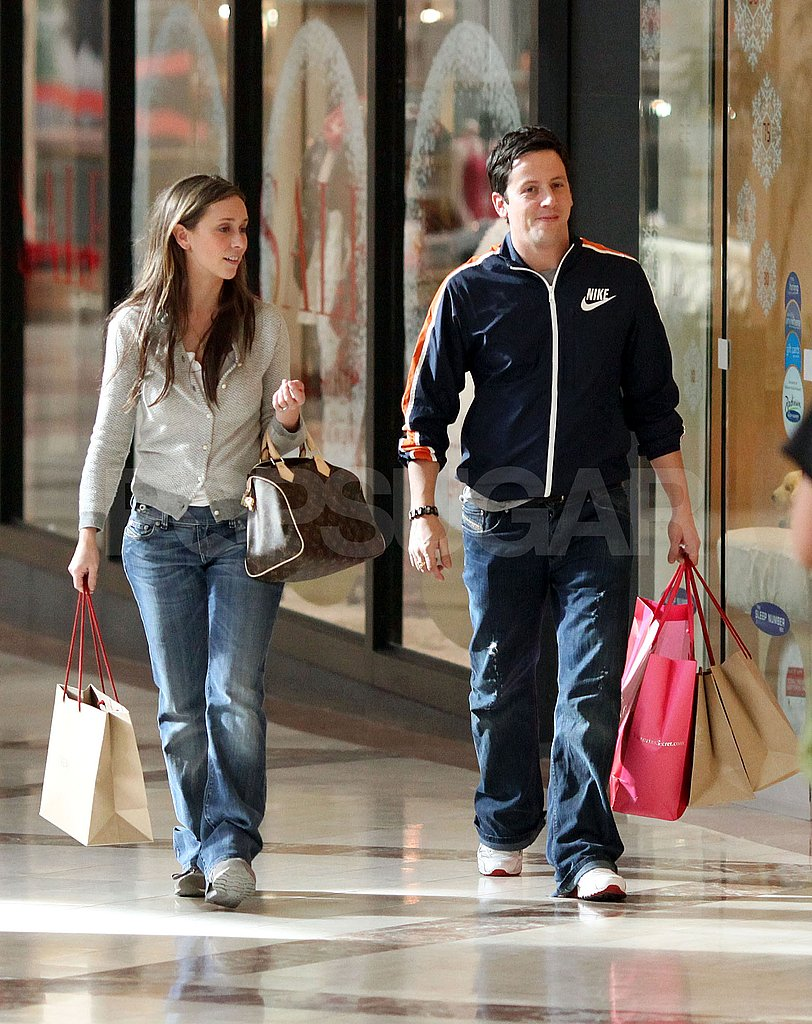 Jennifer Love Hewitt Hits The Mall