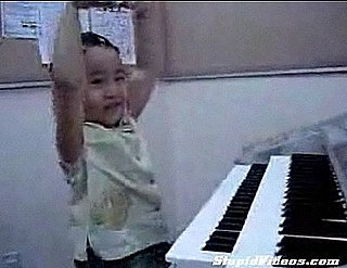 7-Year-Old Plays the Organ