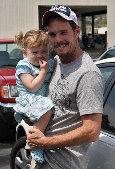 Kevin Dillon and daughter Ava out grabbing some items.