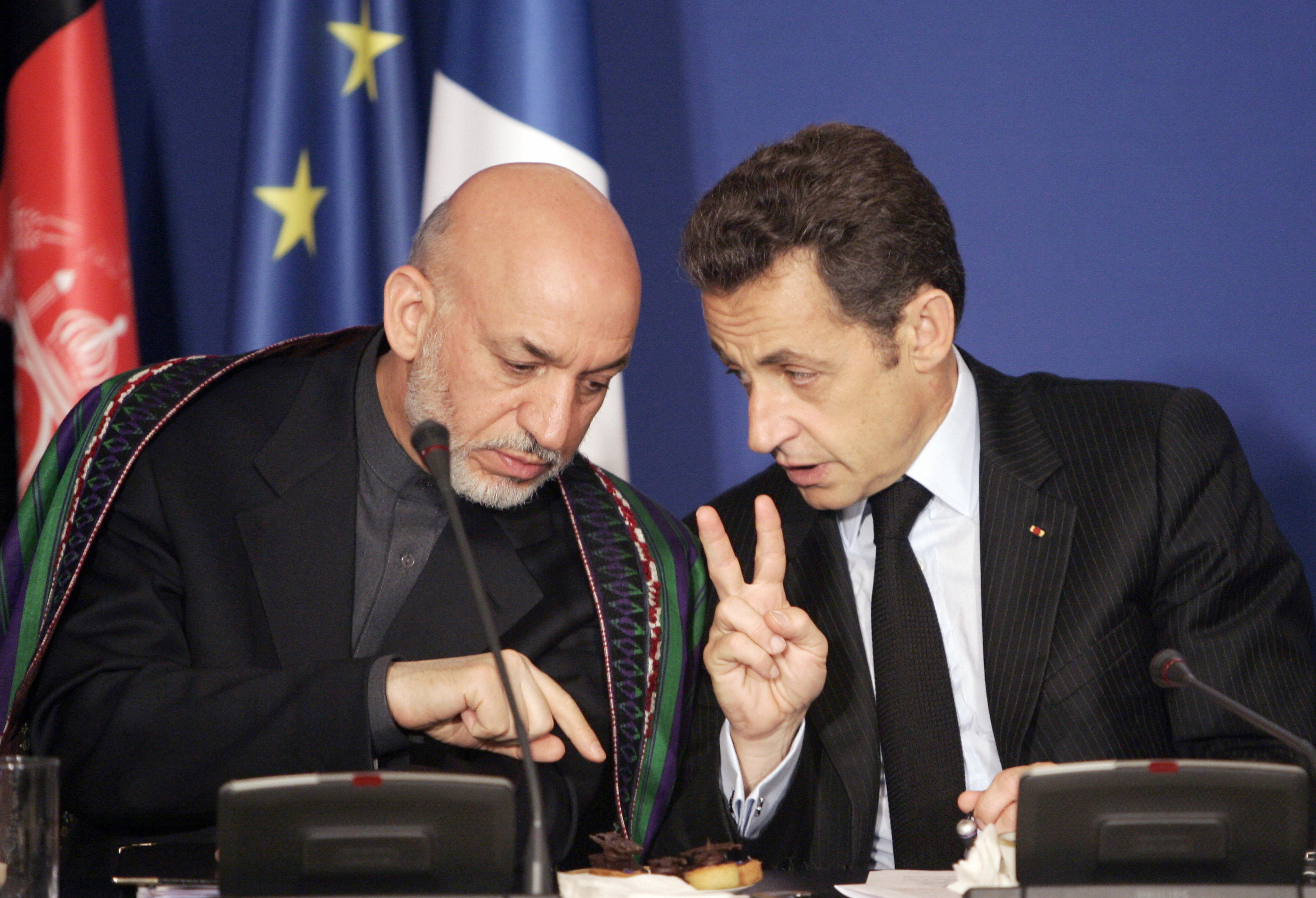 French President Nicolas Sarkozy  chats with Afghan President Hamid Karzai.