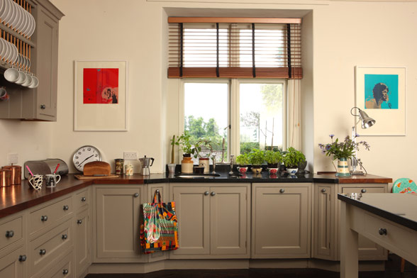 A singular wall of overhead kitchen cabinets keeps the space open and airy.