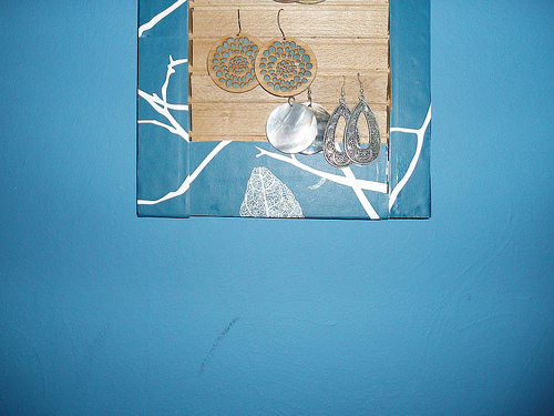 DIY: Shutter Earrings Display