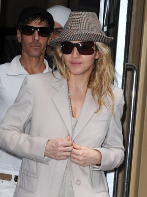 Roundup Of The Latest Entertainment News Stories — Judges Allow Madonna to Adopt Mercy